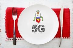 concetto 5G sul piatto bianco con la forcella ed il coltello Fotografia Stock