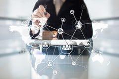 Concetto globale di assunzione e di esternalizzazione sullo schermo virtuale Soluzione moderna di affari fotografia stock