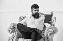 Concetto intelligente Lo scienziato, professore sul fronte pensieroso gode della letteratura L'uomo con la barba ed i baffi spend fotografia stock libera da diritti
