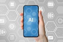Concetto intelligenza artificiale/di AI Passi la tenuta dello smartphone frameless moderno davanti a fondo neutrale con le icone immagini stock