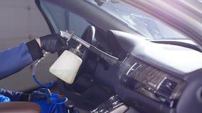 Concetto interno di pulizia dell'automobile Un uomo pulisce un'automobile con i prodotti chimici archivi video
