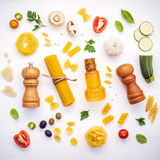 Concetto italiano dell'alimento Vario genere di pasta con lo swe degli ingredienti fotografie stock libere da diritti