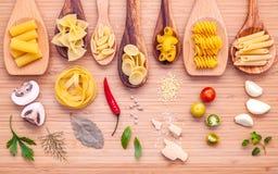 Concetto italiano dell'alimento Vario genere di pasta nello spirito di legno dei cucchiai Fotografie Stock Libere da Diritti