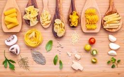 Concetto italiano dell'alimento Vario genere di pasta nello spirito di legno dei cucchiai Fotografie Stock
