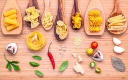 Concetto italiano dell'alimento Vario genere di pasta nello spirito di legno dei cucchiai Fotografia Stock Libera da Diritti