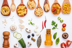 Concetto italiano dell'alimento Vario genere di pasta nello spirito di legno dei cucchiai Immagini Stock