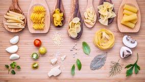 Concetto italiano dell'alimento Vario genere di pasta nello spirito di legno dei cucchiai Immagini Stock Libere da Diritti