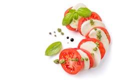 Concetto italiano di cucina - insalata caprese isolata su bianco fotografie stock libere da diritti