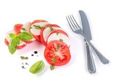 Concetto italiano di cucina - insalata caprese isolata su bianco immagine stock