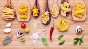 Concetto italiano di cucina Vario genere di pasta in cucchiai di legno Immagini Stock Libere da Diritti