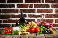 Concetto italiano fresco variopinto saporito dell'alimento con la varia stazione termale della pasta fotografie stock