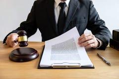 Concetto legale di legge, di consiglio e della giustizia, avvocato di consiglio maschio o fotografia stock libera da diritti