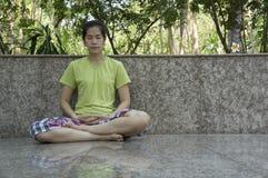 Concetto libero di buddismo di meditazione di rilassamento di consapevolezza fotografia stock