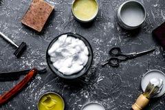 Concetto maschio di lavoro di parrucchiere con gli strumenti del parrucchiere sul backgrou grigio fotografia stock libera da diritti