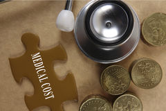 Concetto medico con lo stetoscopio, pezzo di puzzle e monete con Fotografie Stock