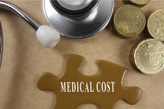 Concetto medico con lo stetoscopio, pezzo di puzzle e monete con Immagine Stock Libera da Diritti