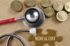 Concetto medico con lo stetoscopio, pezzo di puzzle e monete con Fotografie Stock Libere da Diritti