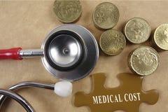 Concetto medico con lo stetoscopio, pezzo di puzzle e monete con Immagini Stock Libere da Diritti