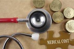 Concetto medico con lo stetoscopio, pezzo di puzzle e monete con Fotografia Stock