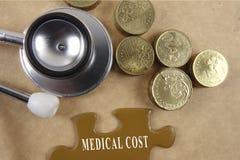 Concetto medico con lo stetoscopio, pezzo di puzzle e monete con Immagine Stock