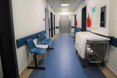 Concetto MEDICO Corridoio dell'ospedale con le stanze immagini stock libere da diritti