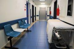 Concetto MEDICO Corridoio dell'ospedale con le stanze immagine stock