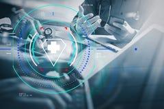 Concetto medico di riunione del gruppo della rete di tecnologia Wor della mano di medico immagini stock libere da diritti