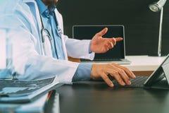 Concetto medico di tecnologia Medico che lavora con lo Smart Phone e Immagini Stock Libere da Diritti