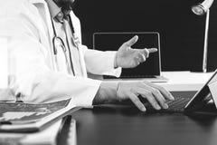 Concetto medico di tecnologia Medico che lavora con lo Smart Phone e Fotografie Stock Libere da Diritti