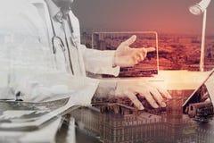 Concetto medico di tecnologia Medico che lavora con lo Smart Phone e Immagine Stock Libera da Diritti