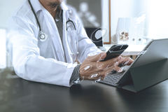 Concetto medico di tecnologia Medico che lavora con lo Smart Phone e Immagine Stock