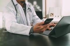 Concetto medico di tecnologia Medico che lavora con lo Smart Phone e Fotografia Stock