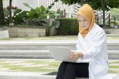 Concetto medico e di radiologia di sanità, - medici graziosi che esaminano computer portatile Immagini Stock Libere da Diritti