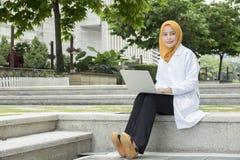 Concetto medico e di radiologia di sanità, - medici graziosi che esaminano computer portatile Immagine Stock Libera da Diritti