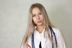 concetto medico pagato Ragazza di medico pubblicità Fotografia Stock Libera da Diritti