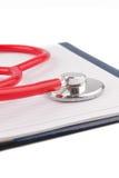 Concetto MEDICO Stetoscopio e taccuino aperto sugli ambiti di provenienza bianchi Fotografie Stock