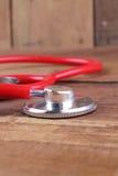 Concetto MEDICO Stetoscopio e taccuino aperto sugli ambiti di provenienza bianchi Immagine Stock