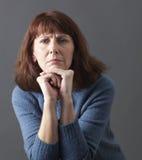 Concetto mentale del giudice per la donna esasperata 50s Fotografia Stock