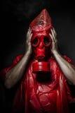 Concetto militare, uomo con la maschera antigas rossa. immagini stock