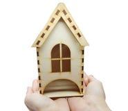 Concetto miniatura di risparmio della casa della tenuta della mano Immagine Stock
