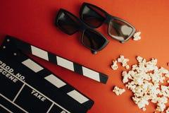 Concetto minimo del cinema Concetto minimo di WCinema Film di sorveglianza nel cinema bordo di valvola, 3d vetri, popcorn Fotografia Stock