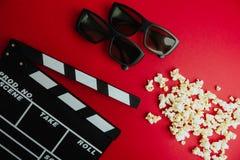 Concetto minimo del cinema Film di sorveglianza nel cinema bordo di valvola, 3d vetri, popcorn Immagine Stock