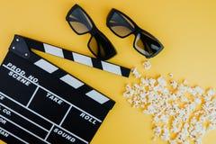Concetto minimo del cinema Film di sorveglianza nel cinema 3d vetri, popcorn, bordo di valvola Fotografia Stock Libera da Diritti