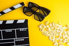 Concetto minimo del cinema Film di sorveglianza nel cinema 3d vetri, popcorn, bordo di valvola Fotografie Stock