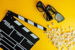 Concetto minimo del cinema Film di sorveglianza nel cinema 3d vetri, popcorn, bordo di valvola Immagini Stock