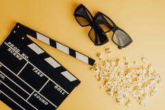 Concetto minimo del cinema Film di sorveglianza nel cinema 3d vetri, popcorn, bordo di valvola Fotografie Stock Libere da Diritti