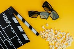 Concetto minimo del cinema Film di sorveglianza nel cinema 3d vetri, popcorn, bordo di valvola Fotografia Stock