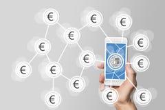 Concetto mobile di commercio elettronico e di e-pagamento con la mano che tiene smartphone moderno davanti a fondo grigio neutral Fotografia Stock
