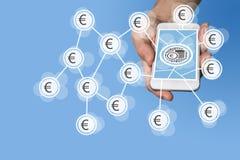 Concetto mobile di commercio elettronico e di e-pagamento con la mano che tiene smartphone moderno davanti a fondo grigio neutral Fotografie Stock