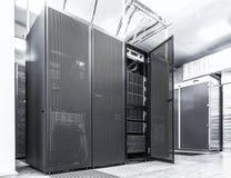 Concetto moderno del computer di tecnologia di telecomunicazione e della rete: stanza del server in centro dati Bianco nero Fotografia Stock